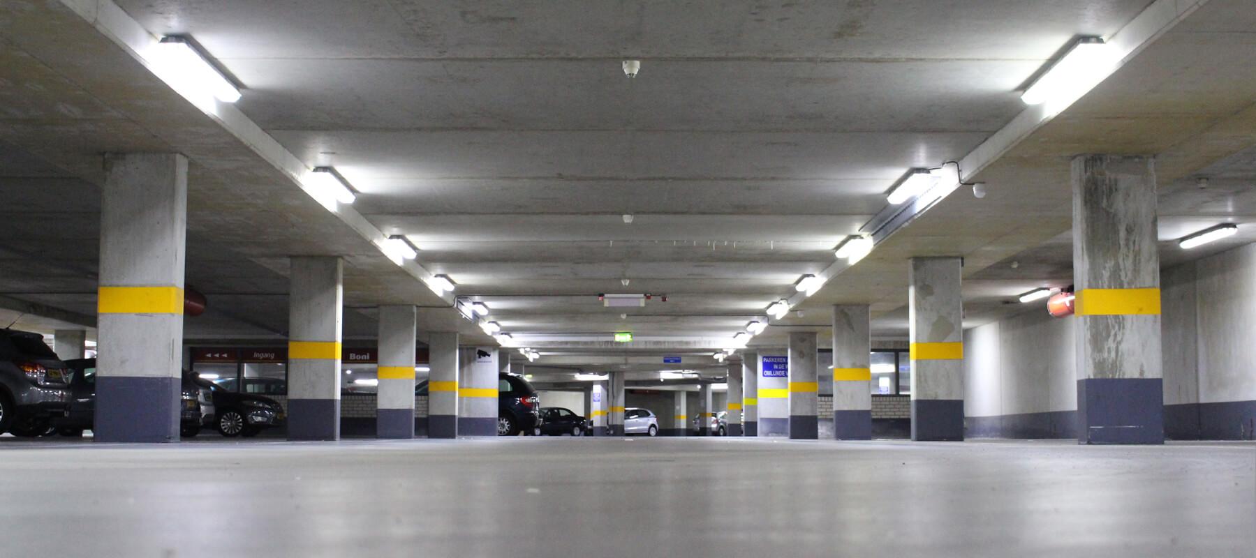 Gemeente nijkerk plaats nieuwe led verlichting van Saled in parkeergarage Wheemplein